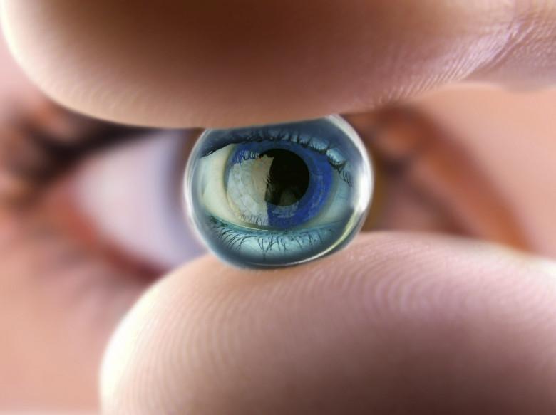 В каком году изобрели контактные линзы